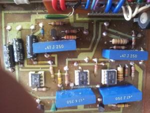 Kondenzatorji (modre barve 47 J/K 250) so počeni (vidna tanka črta)